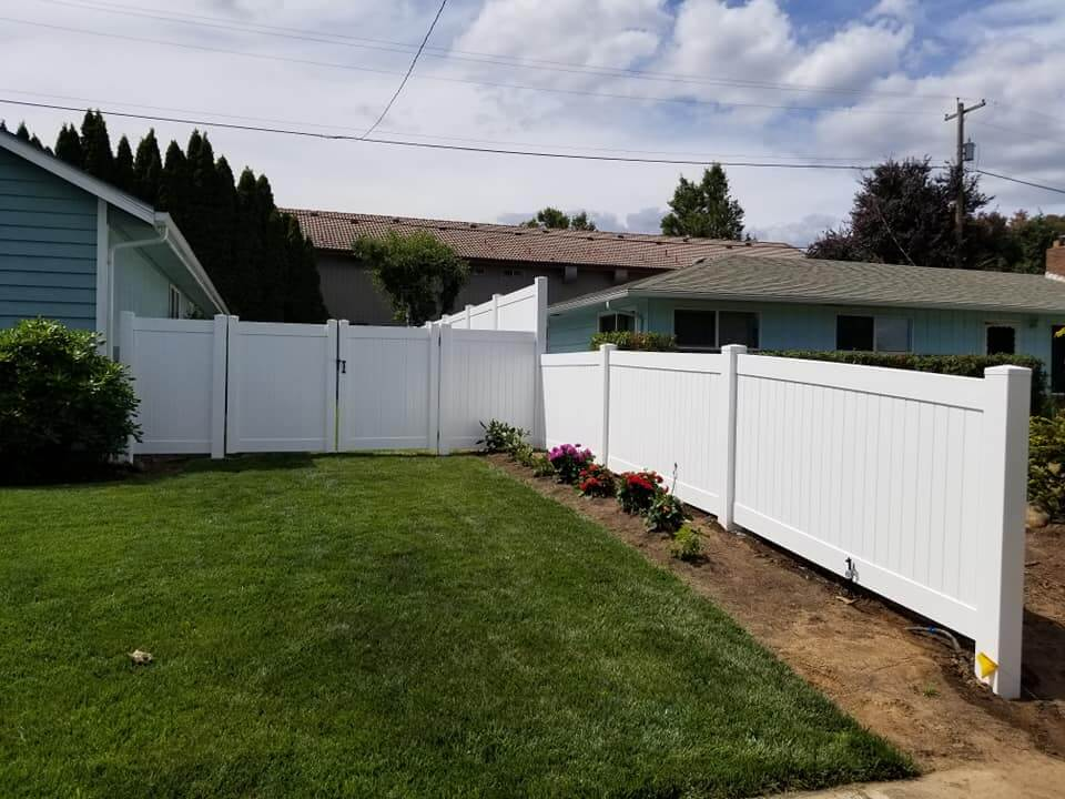 A Dallas vinyl fence installation by F&W fence company